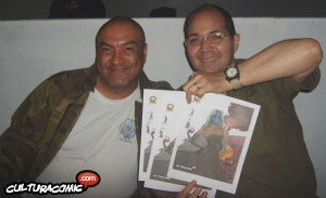He aqui a dos ínclitos autores, mostrando el dibujo que hicieron al Alimón ¡bien chipocles ellos! (foto cortesía de Culturacomic.com)