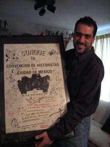 Aquí con el poster de aquella primera Conque (foto cortesía de la Covacha)