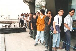 Gente esperando entrar al evento