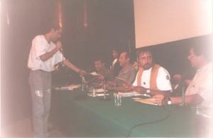 El ferpecto entregando un reconocimiento a Rius, a su derecha estaba Helguera, a su izquierda el moderador (no recuerdo el nombre), Palomo