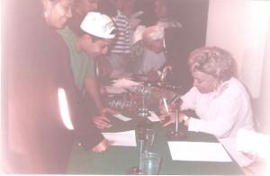 Yolanda Vargas Dulché firmando autografos en la CONQUE