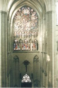 Uno de los vitrales laterales