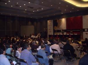 El público permaneció casi toda la mañana escuchando conferencia tras conferencia