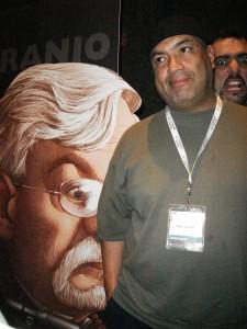 Aquí Clement a lado de su caricatura de Naranjo que fue utilizada en toda la imagen publicitaria del evento, como podrán notar Clement tiene una influencia my perversa