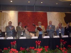 El momento cumbre del encuentro, la entrega de la Catrina a Rogelio Naranjo