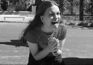 mujer joven llorando